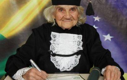 Aos 87 anos, mulher escreve TCC e se forma em Nutrição